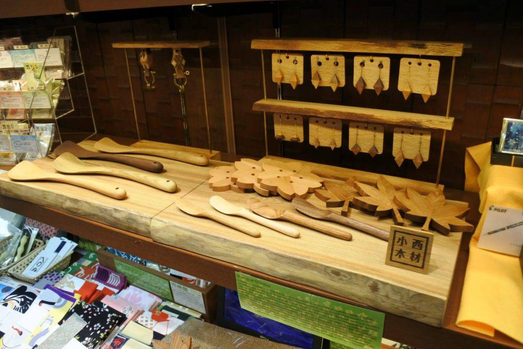 新千歳空港 国際線 小笠原商店さんで木工小物の取り扱い